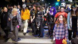 Sejumlah orang turun ke jalan dengan mengenakan kostum zombie saat mengikuti Zombie Walk dalam Festival Purim di Tel Aviv, Israel (3/3). Liburan Purim ini dirayakan dengan parade dan pesta kostum. (AP Photo/Ariel Schalit)