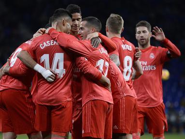 Selebrasi gol pemain Real Madrid usai Karim Benzema mencetak gol pada menit ke-4 pada laga lanjutan La Liga yang berlangsung di stadion Cornellà-El Prat, Espanyol, Senin (28/1). Real Madrid menang 4-2 atas Espanyol. (AFP/Josep Lago)