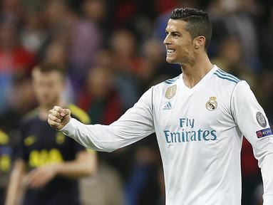 Bintang Real Madrid, Cristiano Ronaldo, merayakan gol ke gawang Tottenham pada laga Liga Champions di Stadion Santiago Bernabeu, Madrid, Selasa (17/10/2017). Kedua klub bermain imbang 1-1. (AP/Fransisco Seco)