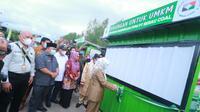 Bupati Berau Sri Juniarsih saat menyerahkan 30 booth secara simbolis kepada pelaku UMKM di Kabupaten Berau yang berasal dari PT Berau Coal.