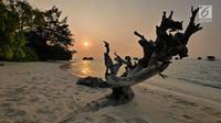 Suasana matahari tenggelam (sunset) di Pulau Pari, Kepulauan Seribu, Jakarta pada 3 Agustus 2019. Pulau Pari merupakan bagian dari 12 pulau dari Kelurahan Pulau Pari dengan potensi keindahan pantai dan alamnya. (Liputan6.com/Herman Zakharia)