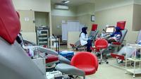 Bandung - Petugas Palang Merah Indonesia (PMI) Kota Bandung sedang melakukan pengambilan darah dari pendonor di ruang unit transfusi darah (UTD), Bandung, Rabu, 18 Juli 2018. (Foto: Liputan6.com/Arie Nugraha)