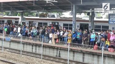 Perjalanan commuterline rute Parung Panjang-Tanah Abang terganggu akibat mati listrik, akibatnya terjadi penumpukan penumpangdi stasiun Tanah Abang