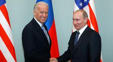 Foto yang diambil pada 10 Maret 2011 antara Joe Biden yang waktu itu menjabat sebagai Wapres AS dan Vladimir Putin sebagai Presiden Rusia.