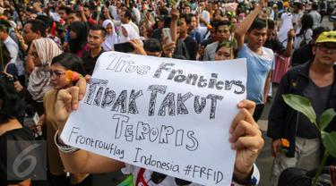 Sejumlah warga bersama organisasi masyarakat menggelar aksi solidaritas di Sarinah, Jakarta, Jumat (14/1/2016). Aksi '#KAMITIDAKTAKUT' menyerukan persatuan diantara masyarakat Indonesia untuk tidak takut aksi terorisme. (Liputan6.com/Faizal Fanani)