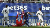 Gelandang Eibar, Gonzalo Escalante, merayakan gol yang dicetaknya ke gawang Real Madrid pada laga La Liga di Stadion Ipurua, Eibar, Sabtu (24/11). Eibar menang 3-0 atas Madrid. (AFP/Ander Gillenea)