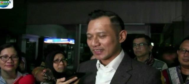Ketua Umum Partai Gerindra, Prabowo Subianto, menjenguk Ketua Umum Partai Demokrat Susilo Bambang Yudhoyono yang tengah menjalani perawatan di RSPAD.