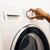 Ilustrasi pakaian dicuci dengan mesin cuci. (dok. unsplash.com/Asnida Riani)
