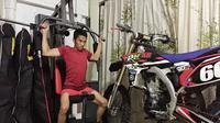 Pebalap Yamaha Indonesia, Wahyu Aji Trilaksana, berlatih fisik sembari berpuasa Ramadan. (Yamaha Racing Indonesia)