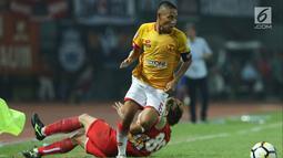 Pemain tengah Selangor FA, Evan Dimas Darmono lolos dari adangan bek Persija, Michael Orah saat laga persahabatan di Stadion Patriot Candrabhaga, Bekasi, Kamis (6/9). Persija kalah 1-2. (Liputan6.com/Helmi Fithriansyah)