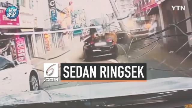 Nasib nahas dialami pengemudi mobil sedan di Korea Selatan. Saat melaju di jalanan, tiba-tiba alat berat menimpa kendaraanya.