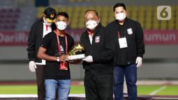 Pemain Persiraja, Assanur Rijal, mendapatkan penghargaan sebagai top skor Piala Menpora 2021 di Stadion Manahan, Solo, Minggu (25/4/2021). (Bola.com/M Iqbal Ichsan)