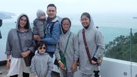 """Ussy Sulistyawati, Andhika Pratama dan keempat anaknya saat berpose di Ocean Park Hong Kong. """"loveeeeely moment"""" tulis Ussy Sulistyawati sebagai keterangan foto bersama keluarganya. (Instagram/ussypratama)"""
