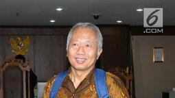 Terdakwa suap perizinan dan pengadaan proyek di lingkungan Ditjen Hubla TA 2016-2017 Antonius Tonny Budiono usai sidang di Pengadilan Tipikor, Jakarta, Kamis (17/5). Ia divonis lima tahun penjara, denda 300 juta rupiah. (Liputan6.com/Helmi Fithriansyah)