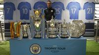 Paul Dickov bersama trofi yang diraih Manchester City pada musim 2018-19. (Bola.com/Aditya Wicaksono)
