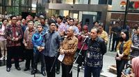Pimpinan KPK Agus Rahardjo, Laode M Syarif, dan Saut Situmorang menggelar jumpa pers di KPK, Kamis (12/9/2019). (Liputan6.com/ Yopi Makdori)