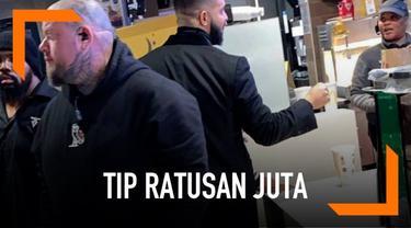 Dikenal dermawan, Drake baru-baru ini tertangkap kamera sedang memberikan tip sebesar Rp 280 juta untuk salah satu pelayan di restoran cepat saji.