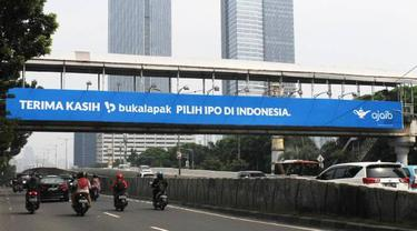"Billboard raksasa dari Ajaib untuk Bukalapak bertuliskan ""Terima kasih Bukalapak pilih IPO di Indonesia."""