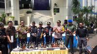 Kementerian Keuangan melalui Bea Cukai memusnahkan 2.231.935 batang rokok dan 2.245 botol minuman keras yang tercatat ilegal. (Bawono/Liputan6.com)