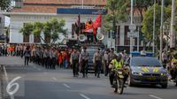 Mahasiswa Universitas Atma Jaya berjalan menuju Istana Merdeka, Jakarta, Jumat (25/9/2015). Mereka meminta pemerintah menuntaskan pelanggaran HAM 16 Tahun lalu dalam tragedi Semanggi II. (Liputan6.com/Faizal Fanani)