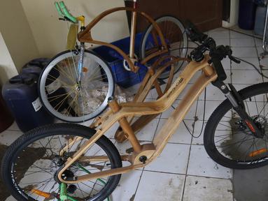 Sepeda kayu terlihat di Gedung LIPI , Cibinong, Kabupaten Bogor, Jawa Barat, Rabu (30/10/2019). Jenis sepeda ini di buat dari kayu solid dan jati. (Liputan6.com/Herman Zakharia)