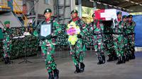 Tentara membawa peti jenazah rekan mereka yang tewas dalam serangan Kelompok Kriminal Bersenjata (KKB), Timika, Papua, (Kamis/12). Sersan Satu Handoko gugur dalam kontak senjata dengan KKB di Papua. (AP Photo/Mujiono)