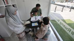 Warga membaca buku di Ruang Baca Jakarta, Dukuh Atas, Minggu (8/12/2019). Ruang Baca Jakarta hadir di 13 stasiun MRT. (merdeka.com/Iqbal Nugroho)