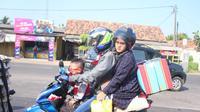 Pemudik motor pulang kampung lebih awal (Liputan6.com/Abramena)