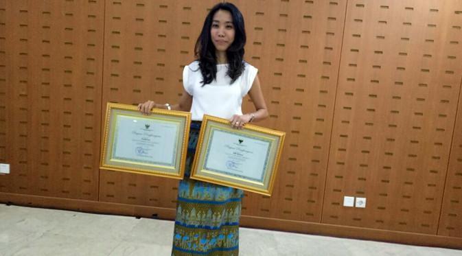 Produser Falcon Pictures, Frederica menerima penghargaan dari Kementrian Pendidikan dan Kebudayaan