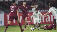 Gelandang Timnas Indonesia, Todd Rivaldo, melewati hadangan pemain Qatar pada laga AFC U-19 Championship di SUGBK, Jakarta, Minggu (21/10). Indonesia kalah 5-6 dari Qatar. (Bola.com/Vitalis Yogi Trisna)