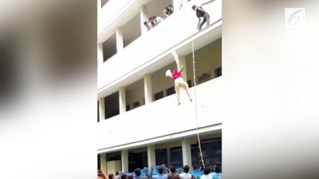 Kejadian nahas menimpa seorang mahasiswi saat latihan keselamatan. Ia tewas usai dipaksa loncat oleh sang instruktur dari gedung lantai 2.