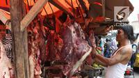 Pedagang musiman memotong daging sapi dan kerbau di Pasar Ciledug, Tangerang, Rabu (13/6). Pada H-2 Idul Fitri, harga daging sapi mengalami kenaikan hingga mencapai Rp 140 ribu per kilogram. (Liputan6.com/Angga Yuniar)