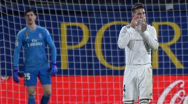 1. Ekspresi Sergio Ramos usai Real Madrid gagal meraih kemenangan pada laga lanjutan LaLiga yang berlangsung di Stadion DeLa Ceramica, Villareal, Jumat (4/12). Real Madrid ditahan imbang Villareal 2-2.  (AFP/Jose Jordan)