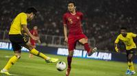 Bek Timnas Indonesia, Ricky Fajrin, berusaha menghalau bola saat melawan Malaysia pada laga Kualifikasi Piala Dunia 2022 di SUGBK, Jakarta, Kamis (5/9). Indonesia kalah 2-3 dari Malaysia. (Bola.com/Vitalis Yogi Trisna)