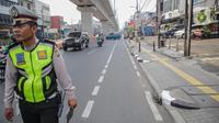 Petugas satlantas mensterilkan jalur sepeda di kawasan Blok A, Jakarta, Senin (25/11/2019). Para pelanggar itu akan dikenakan denda maksimal sebesar Rp 500.000 atau pidana pinjara maksimal 2 bulan. (Liputan6.com/Faizal Fanani)