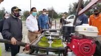 Plt Wali Kota Bengkulu menyerahkan bantuan alat konversi BBM ke BBG untuk nelayan. (Liputan6.com/Yuliardi Hardjo)