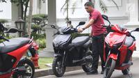 Paspampres memarkirkan motor Gesits di Halaman Istana Merdeka, Jakarta, Rabu (7/11). Motor ini akan dibekali baterai jenis Lithium Ion yang memiliki daya kapasitas hingga 5.000 WH dengan waktu pengisian antara 3 sampai 4 jam. (Liputan6.com/Angga Yuniar)