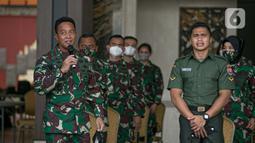 KSAD Jenderal TNI Andika Perkasa (kiri) memberi sambutan saat Aprilia Manganang berubah nama jadi Aprilio Perkasa Manganang, Mabes AD, Jakarta, Jumat (19/3/2021). PN Tondano resmi mengabulkan permohonan pengubahan nama Aprilia Manganang menjadi Aprilio Perkasa Manganang. (Liputan6.com/Faizal Fanani)