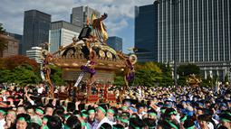 Peserta berkumpul selama perayaan nasional untuk menandai penobatan Kaisar Jepang Naruhito di depan Istana Kekaisaran di Tokyo (9/11/2019). Kaisar Naruhito menggantikan posisi ayahnya, Akihito yang menjadi kaisar pertama yang turun tahta. (AFP Photo/Charly Triballeau)