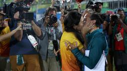 Atlet Rugby asal Brasil, Isadora Cerullo mencium kekasihnya, Marjorie Enya di Stadium Deodoro, Rio de Janeiro, Brasil, (8/8). Marjorie Enya melamar atlet rugby tersebut di hadapan banyak orang. (REUTERS/Alessandro Bianchi)
