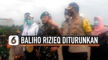 Baliho dengan wajah Rizieq Shihab diturunkan sejumlah orang berbaju loreng di Jakarta. Siapa yang beri perintah?