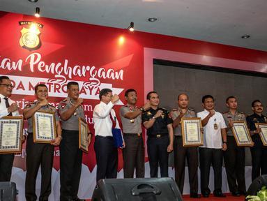 Kapolda Metro Jaya Irjen Idham Aziz foto bersama usai memberikan penghargaan kepada anggota berprestasi yang mengungkap penyelundupan 1 ton sabu sindikat internasional di Balai Polda Metro Jaya, Jakarta, Selasa (8/8). (Liputan6.com/Faizal Fanani)