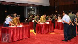 PPK Satker Mabes TNI melakukan penandatanganan kontrak pengadaan barang dan jasa secara kolektif di Mabes TNI Cilangkap, Jakarta, Jumat (29/1/2016). Sebanyak 389 kontrak ditandatangani dengan nilai Rp 5,954 triliun. (Liputan6.com/Helmi Fithriansyah)