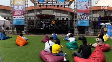 Pengunjung menikmati pertunjukan stage outdoor Jakarta Internasional Comedy Festival (JICOMFEST) 2019 hari pertama, JIExpo, Kemayoran, Jakarta, Sabtu (3/8/2019). Panggung JTrust Bank diisi oleh para grup musik komedi yang bakal mengocok perut pengunjung. (Liputan6.com/JohanTallo)