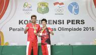 Peraih medali emas Olimpiade Rio 2016, Tontowi Ahmad/Liliyana Natsir, berfoto bersama seusai konferensi pers di Pelatnas Bulutangkis PBSI, Cipayung, Jakarta Timur, Rabu (24/8/2016). (Bola.com/Arief Bagus)
