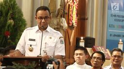 Gubernur DKI Jakarta Anies Baswedan memberikan sambutan menjelang misa malam Natal di Gereja Katedral, Jakarta, Senin (24/12). Anies menyampaikan terima kasih kepada seluruh jamaah dalam menjaga meneduhkan kedamaian. (Liputan6.com/Herman Zakharia)