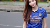 Sandra Olga kenakan jersey Persib. (instagram.com/sandraolga).