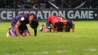 Pemain Persik (ungu) tertunduk, sementara pemain Persis (merah) sujud syukur atas kemenangan 0-1 pada Celebration Game di Stadion Brawijaya, Kota Kediri,(8/12/2019). (Bola.com/GatotSusetyo)