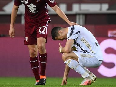 Striker Juventus, Cristiano Ronaldo, tampak kecewa usai ditahan imbang Torino pada laga Serie A di Stadion Olympic, Turin, Minggu (4/4/2021). Kedua tim bermain imbang 2-2.(AFP/Marco Berorello)