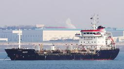 Kapal tanker berbendera Panama, KOTI di perairan Pelabuhan Pyeongtaek, Korea Selatan, (1/1). Penahanan kapal tanker yang mengirim minyak ke Korut bukan kali ini saja dilakukan oleh Korea Selatan. (AFP Photo/Yonhap)